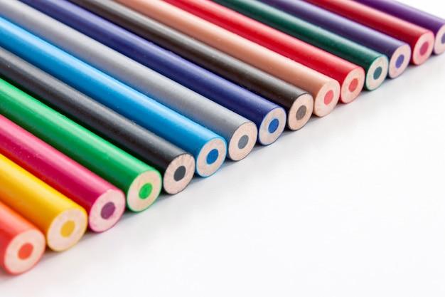 Powrót do koncepcji szkoły. set stubarwni ołówki na białym tle.