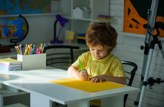 Powrót do koncepcji szkoły uczeń pisze pracę domową lekcje przedmioty szkolne koncepcja edukacji nerd