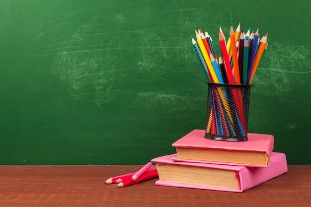 Powrót do koncepcji szkoły z artykułami biurowymi i tablicą