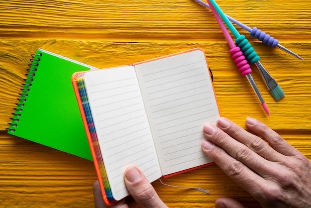Powrót do przyborów szkolnych notebooka pędzla