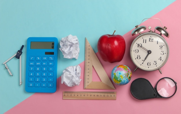 Powrót do szkoły. artykuły szkolne i biurowe na niebieskim, różowym pastelowym kolorze. koncepcja edukacji, studiów