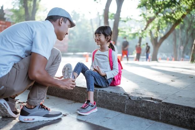 Powrót do szkoły azjatycka uczennica w mundurku szkoły podstawowej szykująca się do szkoły