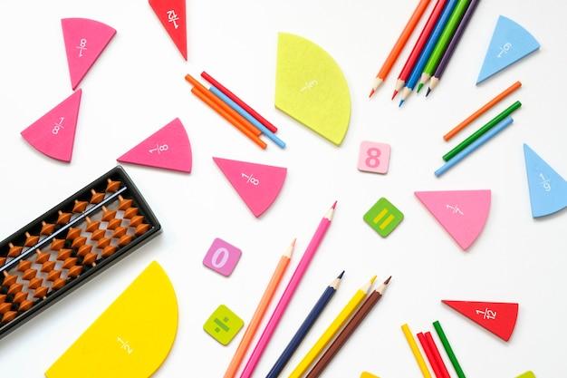 Powrót do szkoły białe tło. narzędzia do nauczania matematyki. koncepcja badania.