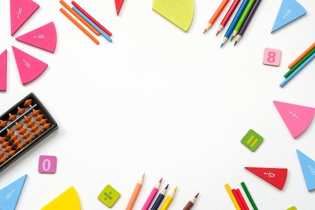 Powrót do szkoły białe tło z miejscem na tekst. narzędzia do nauczania matematyki.