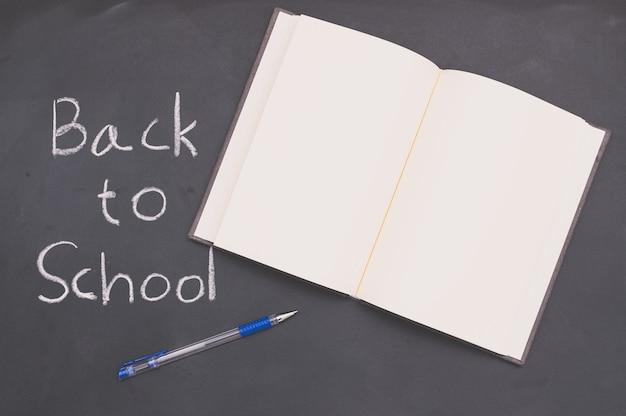 Powrót do szkoły i książki koncepcji edukacji i pióra