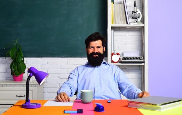 Powrót do szkoły i szczęśliwy czas brodaty profesor w klasie na dzień wiedzy o tablicy
