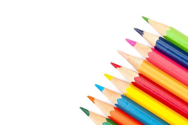 Powrót do szkoły - kolorowe kredki na białym tle,