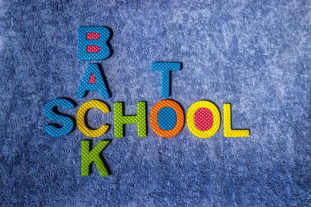 Powrót do szkoły. kolorowy materiał z korka na niebieskim tle sukna