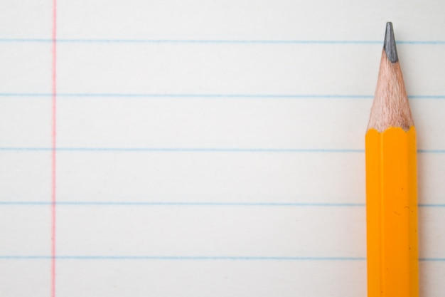 Powrót do szkoły, koncepcja edukacji z pomarańczowymi kredkami z bliska i skład książki na bac