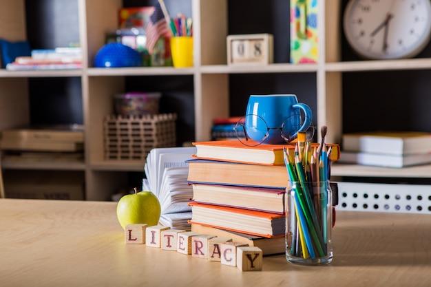 Powrót do szkoły. koncepcja wykształcenia z copyspace. dzień czytania i pisania