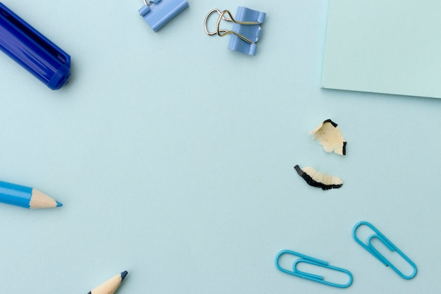 Powrót do szkoły lub biura w stylu koncepcji, ramki z niebieskim przyborów szkolnych na niebieskim tle