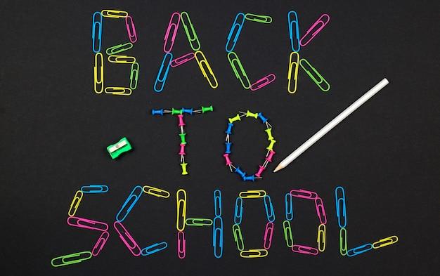 Powrót do szkoły na tablicy wykonane z kolorowych spinaczy