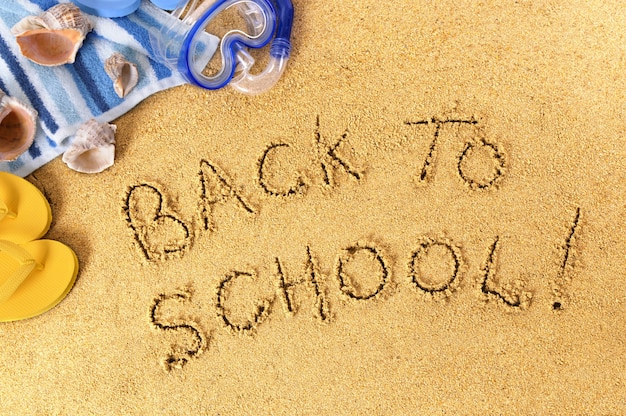 Powrót do szkoły napisane na plaży