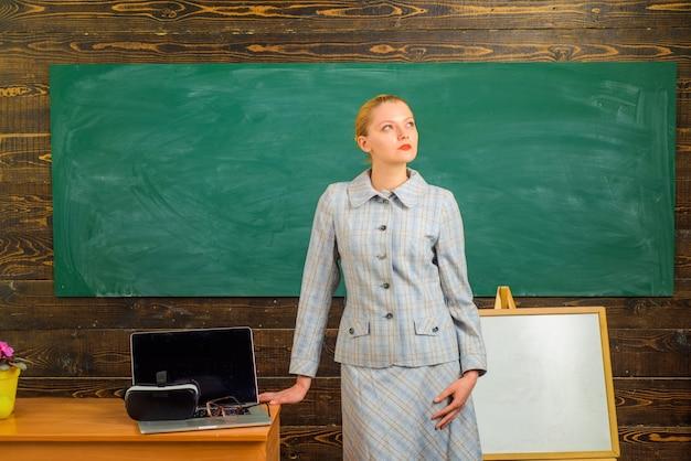 Powrót do szkoły nauczycielka w koncepcji edukacji w klasie szkolny portret zmysłowej kobiety