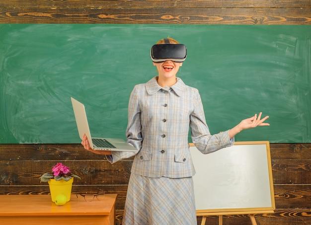 Powrót do szkoły nauczycielka w zestawie słuchawkowym vr nauczyciel edukacji online z koncepcją edukacji na laptopie