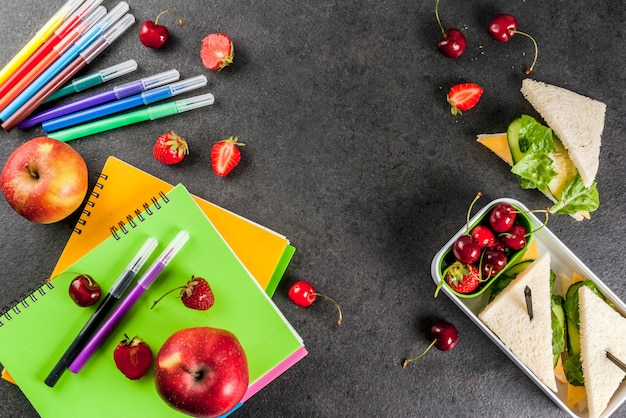 Powrót do szkoły. obfity zdrowy szkolny lunch w pudełku