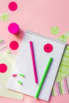 Powrót do szkoły, ołówki do pisania, notesy z pisakami do pracy w szkole na różowo