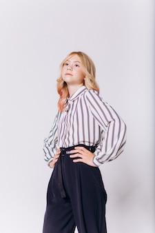 Powrót do szkoły. śliczne urocze blondie kaukaski dziewczyna w mundurku szkolnym na białym tle