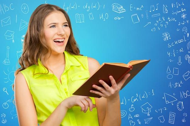 Powrót do szkoły! szczęśliwy nastoletni uczeń ono uśmiecha się
