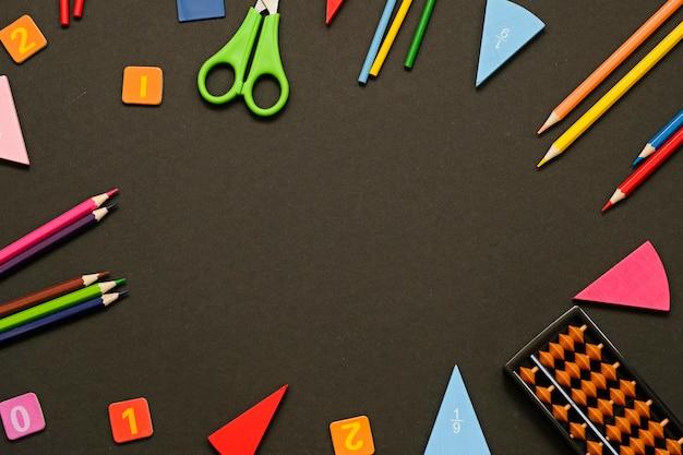 Powrót do szkoły tło z miejscem na tekst. narzędzia do nauczania matematyki. koncepcja badania.