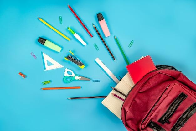 Powrót do szkoły . tornister i materiały na niebiesko