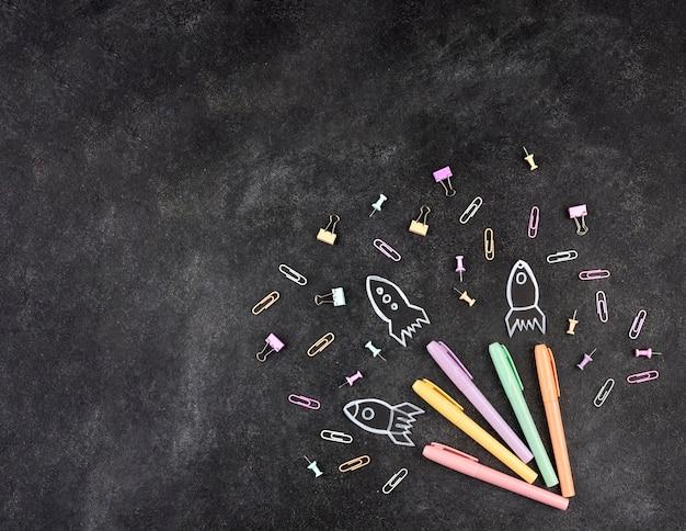 Powrót do szkoły w tle z kolorowymi długopisami