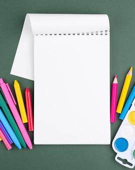 Powrót do szkoły w tle z kolorowymi kredkami i miejsca kopiowania na notebooku