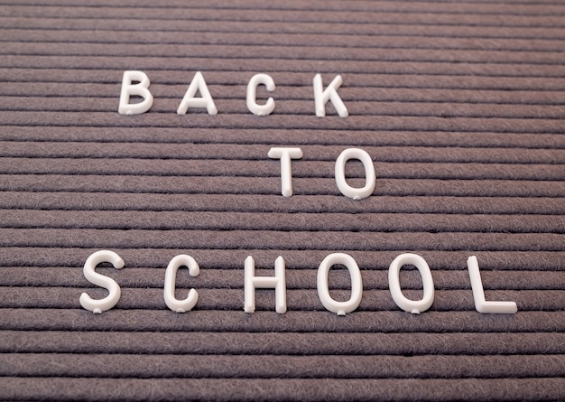 Powrót do szkoły wiadomość na tablicy