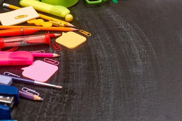 Powrót do szkoły wielokolorowe przybory szkolne tęcza na tablicy szkolnej flatlay copyspace