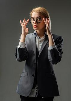 Powrót do szkoły września nauczycielka w okularach koncepcja edukacji szkolny portret zmysłowy