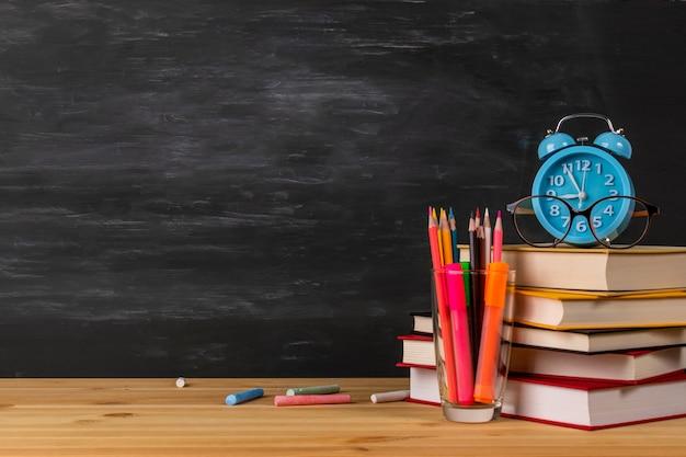 Powrót do szkoły z książkami, budzikiem, okularami
