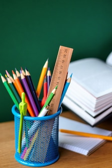 Powrót do szkoły z przyborami szkolnymi i otwartym podręcznikiem