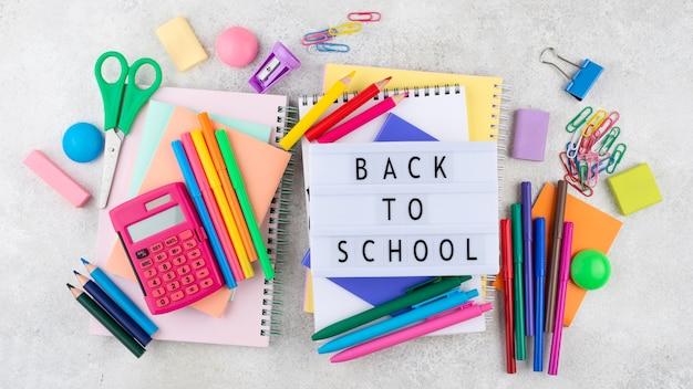 Powrót do szkoły z przyborami szkolnymi i podświetlanym pudełkiem