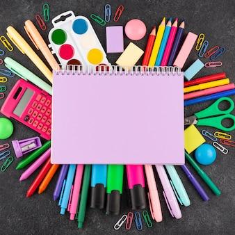 Powrót do szkoły z przyborami szkolnymi i skopiuj miejsce na notebooku