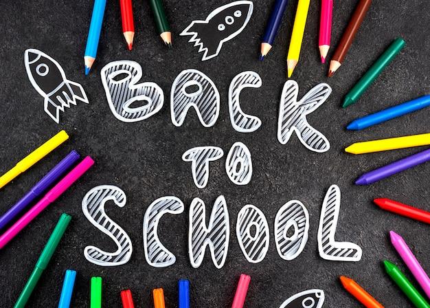Powrót do szkoły z przyborami szkolnymi na tablicy