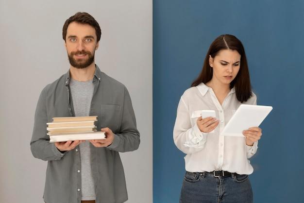 Powrót do tyłu mężczyzna z książką i kobieta z tabletem