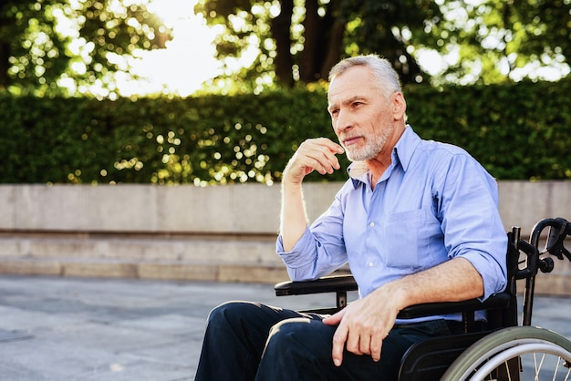 Powrót do zdrowia po zabiegu. człowiek siedzieć na wózku inwalidzkim.