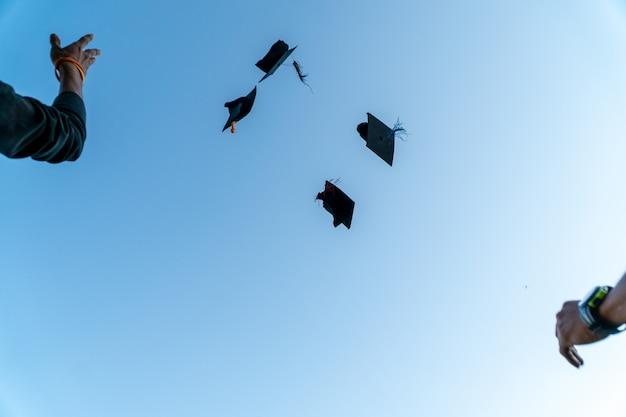 Powrót portret absolwenta w czarnym kapeluszu.