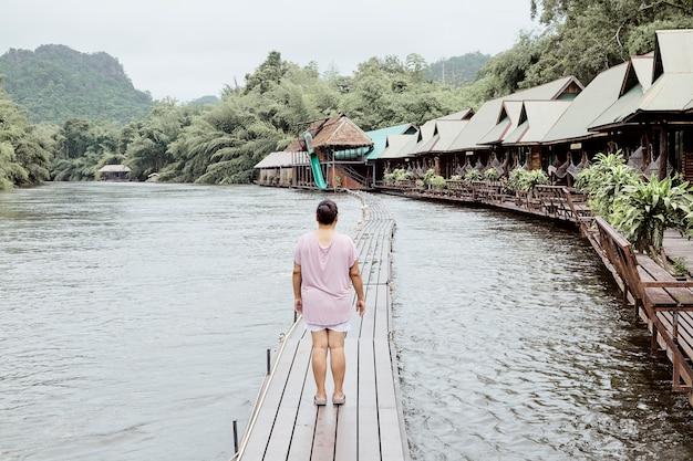 Powrót widok kobiety podróżnik nad jeziorem