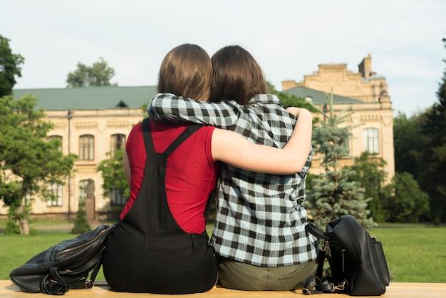 Powrót widok średni strzał dwóch nastoletnich dziewcząt przytulanie