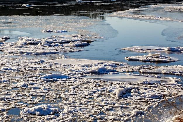 Powstawanie pierwszego lodu na rzece zimą.