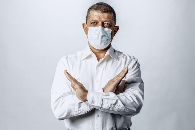 Powstrzymaj światową pandemię koronawirusa. portret mężczyzny w koszuli noszenia maski ochronnej