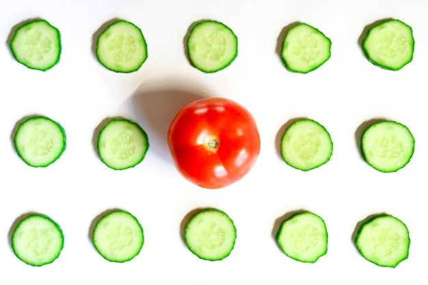 Powtarzający się wzór pokrojonych w plasterki półokręgów świeżych surowych ogórków warzywnych na sałatkę