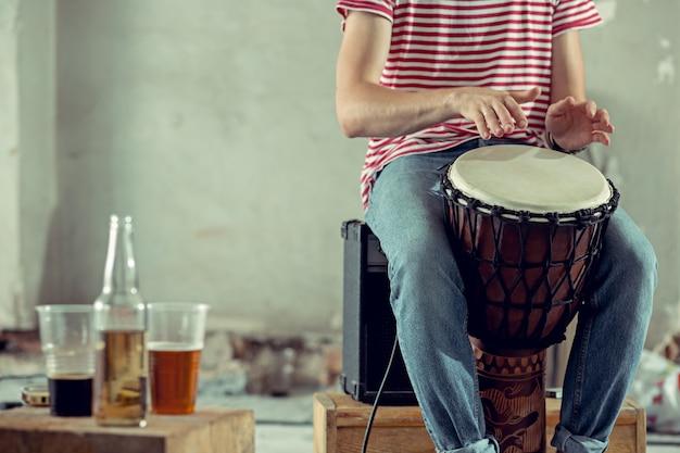 Powtórka zespołu muzyki rockowej. perkusista na poddaszu. koncepcja muzyki rockowej i jam session. pasja do muzyki i koncepcji kultury młodzieżowej