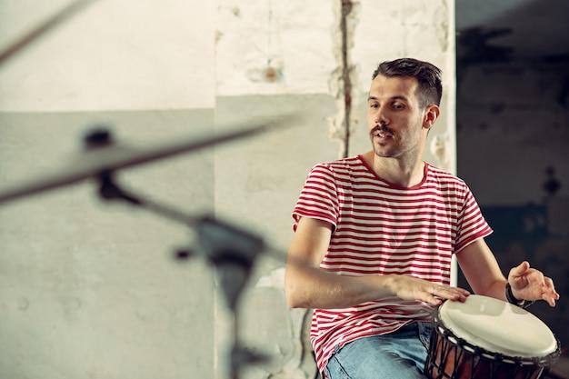 Powtórzenie zespołu muzyki rockowej. perkusista za zestawem perkusyjnym.