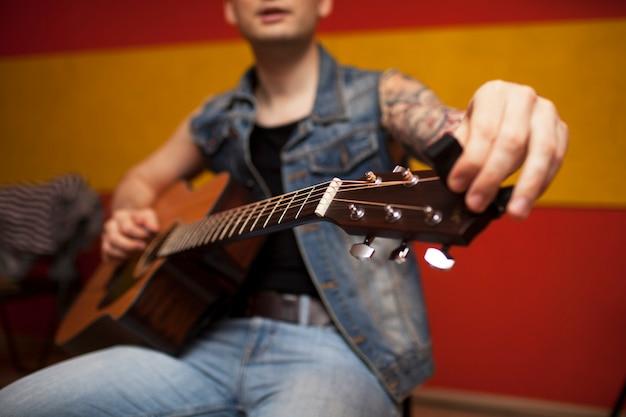 Powtórzenie zespołu muzyki rockowej. przycięty obraz gitarzysty elektrycznej. baza prób