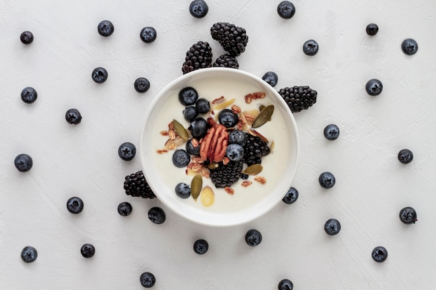 Powyżej miska z jogurtem i owocami