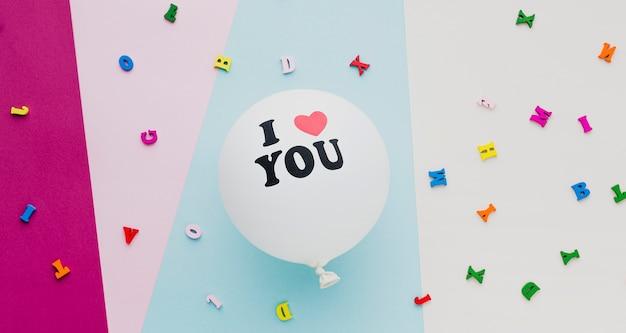 Powyżej widok dekoracji z białym balonem i konfetti