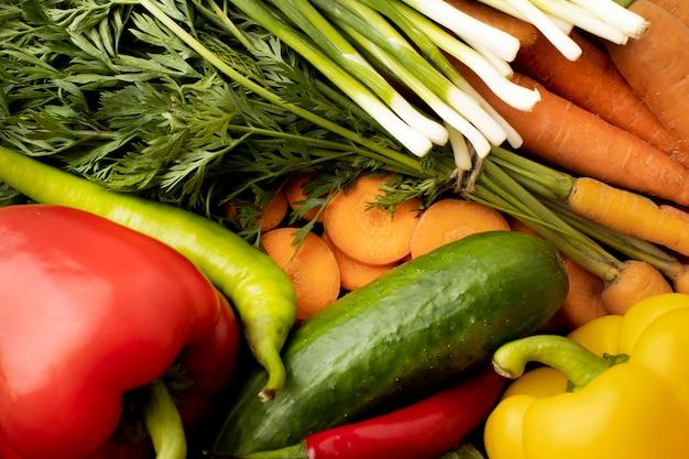 Powyżej widok mieszanki surowych warzyw