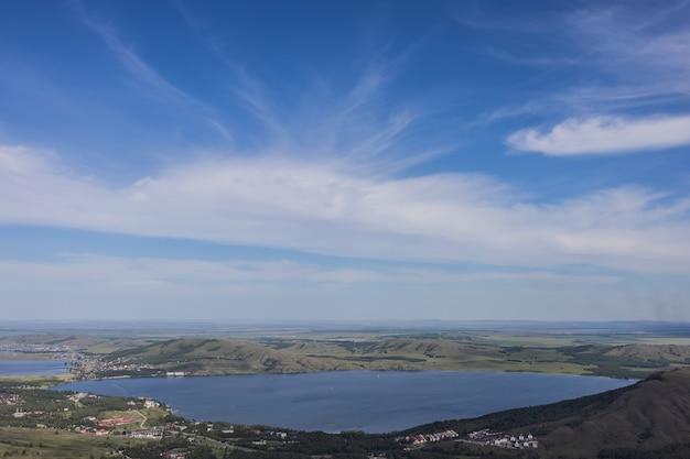 Powyżej widok na piękne jezioro latem na uralu, baszkortostan, rosja.